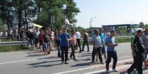 Понад 100 людей під Новоградом майже годину перекривали дорогу