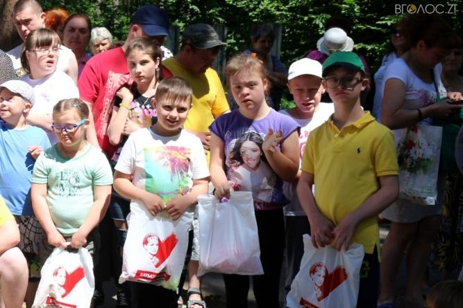 Любов Цимбалюк привітала із днем дітей малечу із особливими потребами