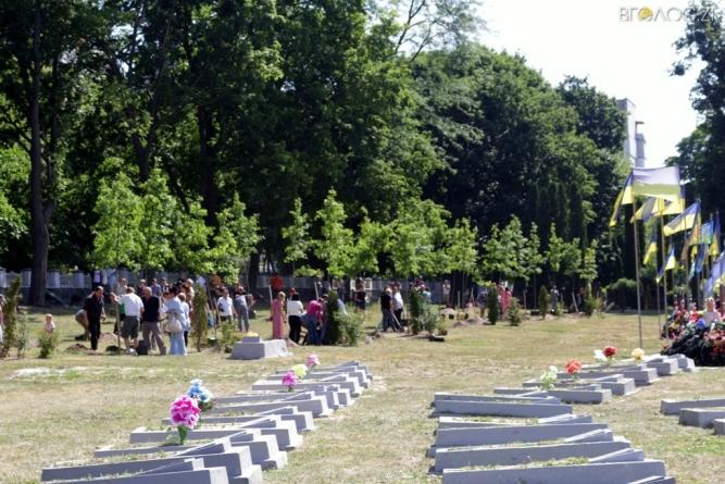Алея Слави Героїв: на Смолянському військовому кладовищі висадили півсотні дубів (ФОТО)