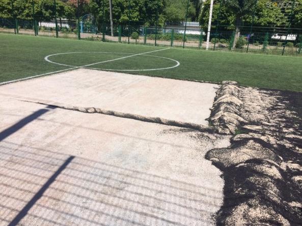 З нового футбольного поля екологічного ліцею викрали штучне покриття