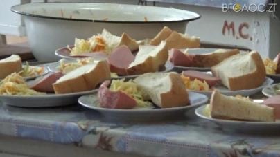 Шкільні їдальні: у салатах, кашах  та на руках кухарів знайшли бактерії кишкової палички