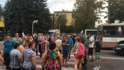 Десятки житомирян, які залишилися без електрики, перекрили вулицю Велику Бердичівську (ВІДЕО)