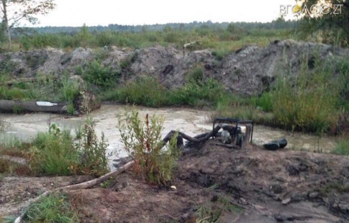 На півночі області зловили підлітків, які автостопом приїхали видобувати бурштин