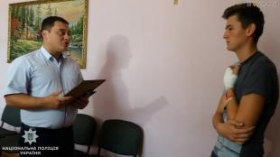 Поліцейські відзначили 16-річного коростенця, якого підрізали, коли він вступився за жінку
