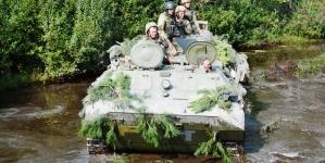 Гуркіт бойових машин, постріли гармат та відлуння вибухів: на Житомирщині змагалися артилерійські підрозділи десантників