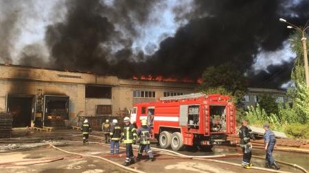 Масштабна пожежа у Житомирі: 11 машин та 63 рятувальники боряться з вогнем на картонному комбінаті