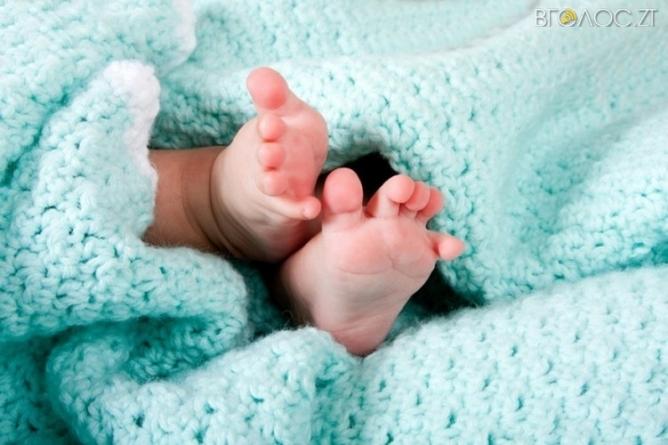 Мешканець багатоповерхівки у Житомирі знайшов у під'їзді немовля