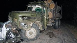 Зіткнулися іномарка та навантажений деревом ЗІЛ: загинула 27-річна коростенка