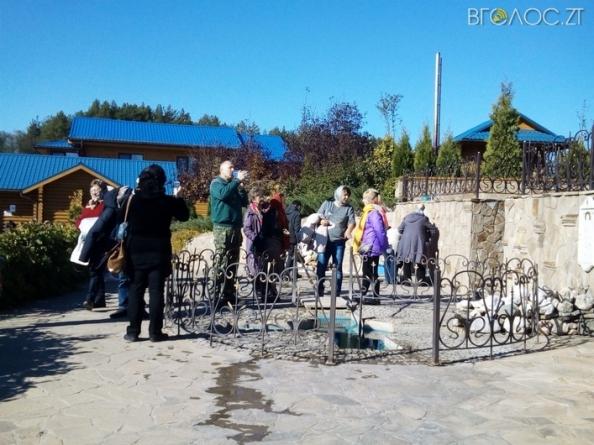По визначним культурно-історичним пам'яткам області проводять екскурсії для людей з вадами зору