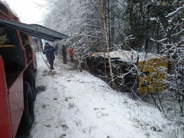 На слизькій дорозі перекинулася вантажівка з хлібом. Постраждали двоє людей