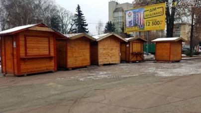 У центр міста звозять перші «різдвяні» будиночки