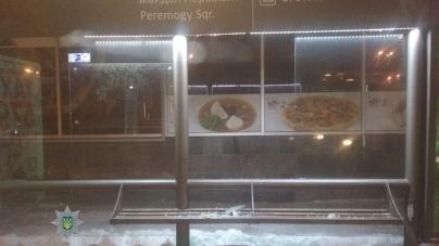 Вандали розбили скло на зупинці у центрі Житомира
