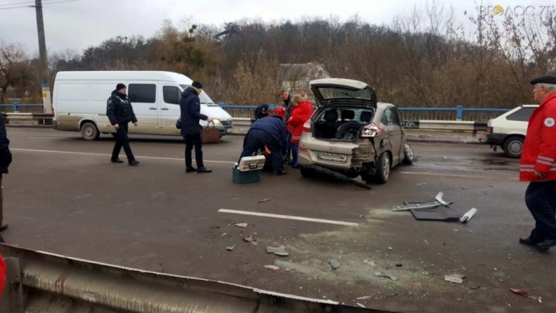 У Житомирі на мосту сталася ДТП. Є постраждалі (ФОТО)