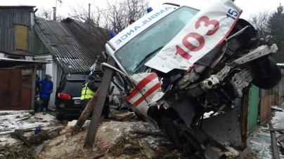 """Жахливе ДТП у Житомирі: """"швидка"""" зіштовхнулася з Hyundai та врізалася у будинок"""