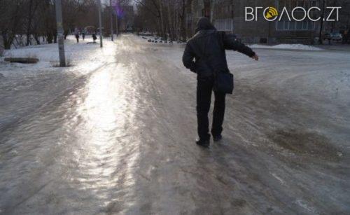Житомиряни скаржаться, що у місті суцільна ковзанка. Ніхто не чистить тротуари