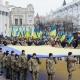 """Сотні житомирян утворили """"ланцюг єдності"""" та розгорнули гігантський прапор (ФОТО)"""
