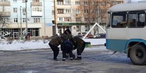 Свята закінчилися: в Житомирі розбирають «головну» ялинку