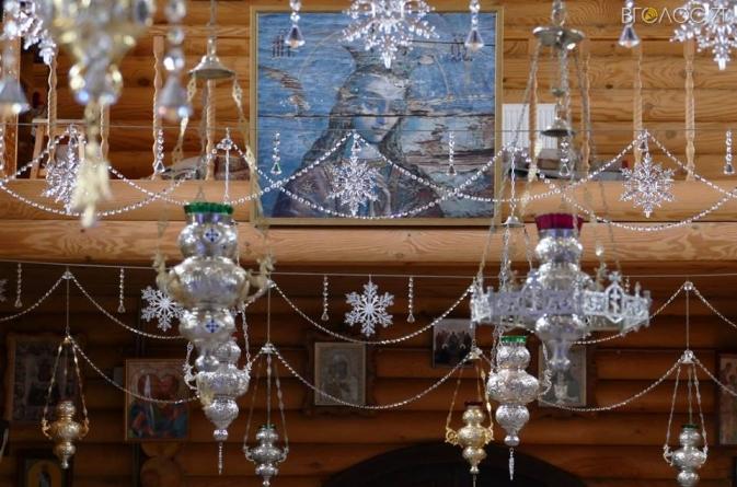 Жіночий монастир у Кип'ячому прикрасили різдвяними вогниками та квітковими композиціями