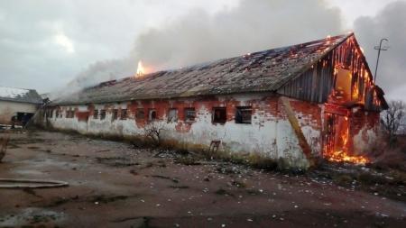 У Коростишівському районі згоріла стара ферма з соломою