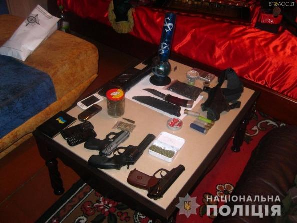 На Житомирщині у селянина знайшли гранати, пістолети та кілька кілограм наркотиків