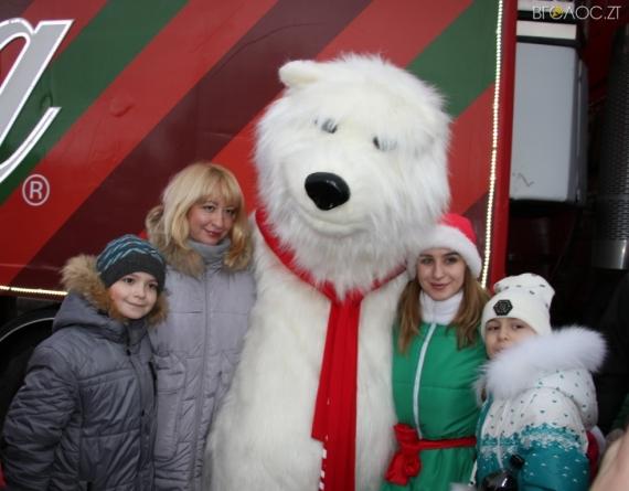 Житомиряни влаштували біля новорчної ватажівки Coca-Cola фотосесії