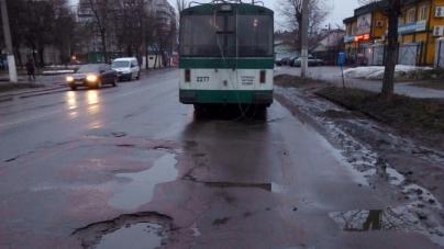 У ТТУ вибачилися перед пасажиркою, яка впала під час гальмування тролейбуса
