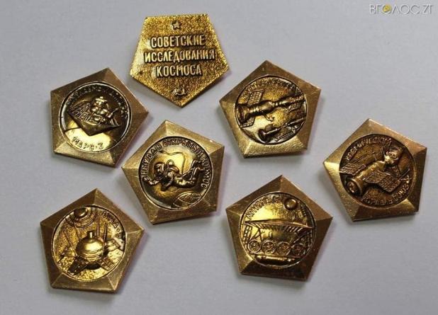 Житомирський школяр подарував Музею космонавтики колекцію значків