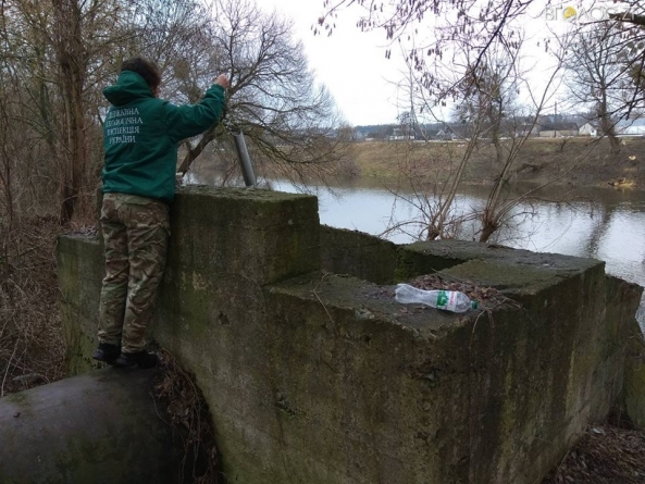 На річці Тетерів у Житомирському районі помітили маслянисті забруднення