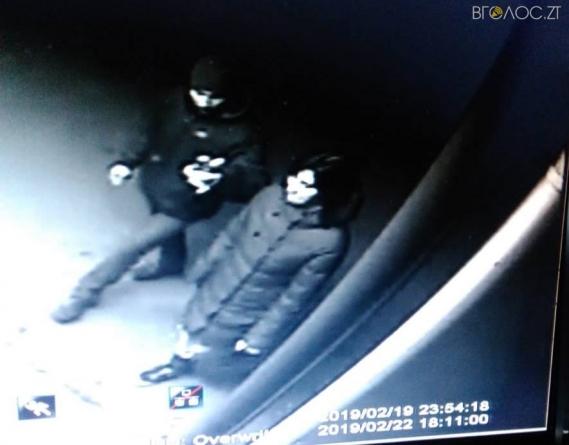 30-річна жінка намагалась здерти плакат з фото бійця АТО, розміщений на зупинці