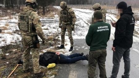 На Житомирщині двоє чоловіків торгували зброєю з військової частини