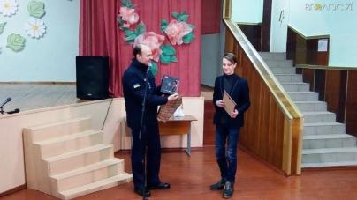 У Коростені нагородили школяра, який ризикнув своїм життям, щоб урятувати собаку