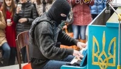 Відомий піаніст Майдану Piano Extremist гратиме на Михайлівській у Житомирі