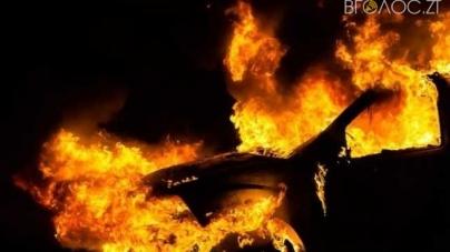 У Зарічанах дотла згорів автомобіль, а 22-річний водій отримав серйозні опіки