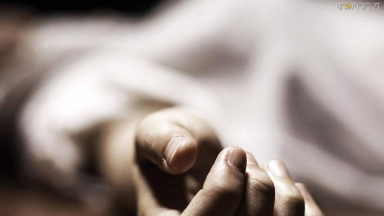 На одній вулиць Коростеня вбили молодого чоловіка, а його товариша – поранили