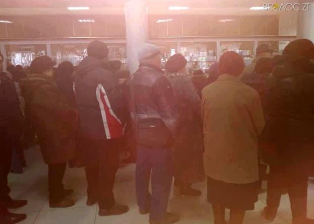 У аптеці хворі чекають годинами, щоб отримати ліки «за безкоштовними рецептами»