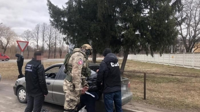 Вимагали гроші та погрожували розправою: на Житомирщині затримали 8 учасників банди вимагачів