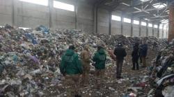 У приміщенні недобудованого заводу на Житомирщині виявили гори сміття