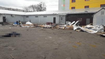 ЖАХ! Вітер зірвав дах з магазину. Загинула жінка, а її дочка – у реанімації