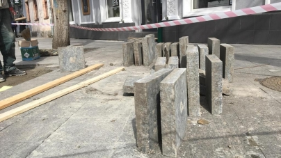У Житомирі на пішохідній Михайлівській по гарантії перекладають плитку