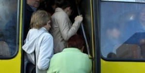 Жителі вулиці Гонти просять додатковий автобус і скаржаться, що водії порушують правила дорожнього руху