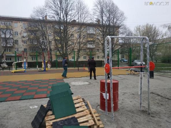 Вночі з нового спортивного майданчика по Київській вкрали гумове покриття