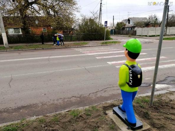 На Корбутівці задля безпеки пішоходів з'явилися попереджувальні «хлопчики»