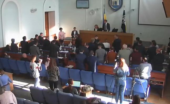 Стоячи та під оплески депутати проводжали заступницю міського голови у відставку