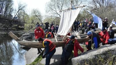 У Коростені запустили на воду копії стародавніх човнів, які мають пройти «прадавнім торгівельним шляхом»