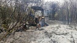 Чоловік, який намагався врятувати село від пожежі, з опіками потрапив у лікарню. А його трактор згорів