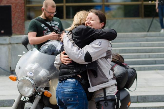 Навколосвітня подорож на байках: у Житомирі побували учасниці Всесвітньої мотоциклетної жіночої естафети