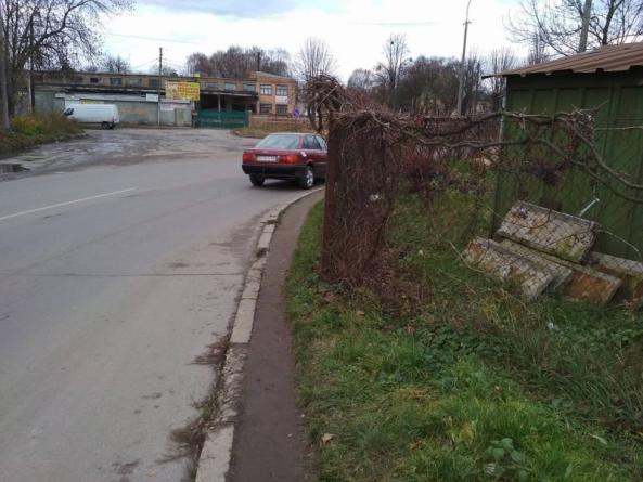 Житомиряни просять міськраду «посунути» паркани приватного сектору з тротуарів