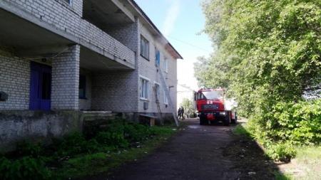 Сусіди знайшли на землі чоловіка, який вистрибнув з вікна під час пожежі