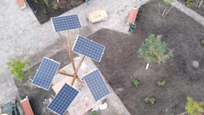 На Лятошинського з'явилося сонячне дерево, яке роздаватиме WI-FI та заряджатиме гаджети
