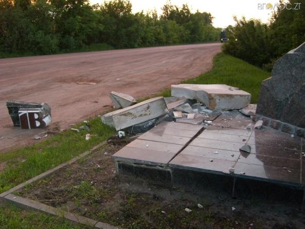 Невідомі розтрощили в'їзний знак у Черняхів